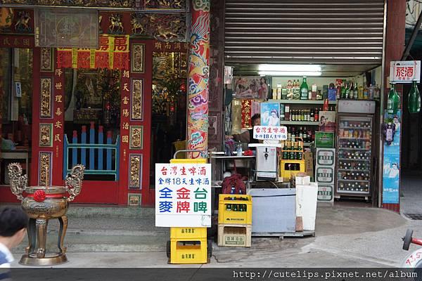 旁邊的雜貨店及小廟