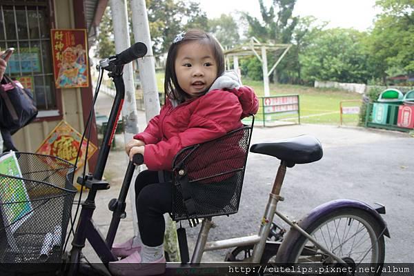 小希坐腳踏車