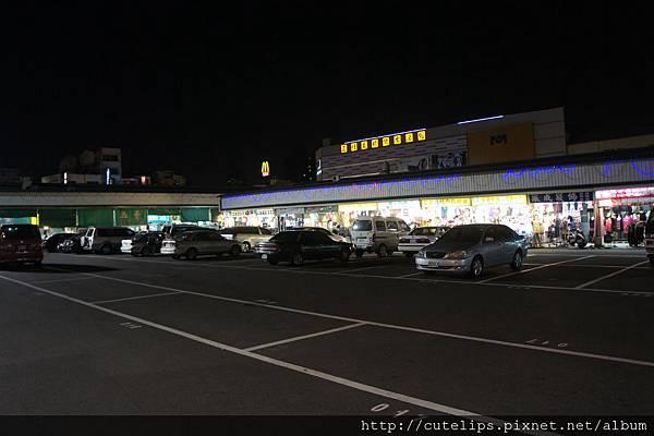靠近小吃區的停車場