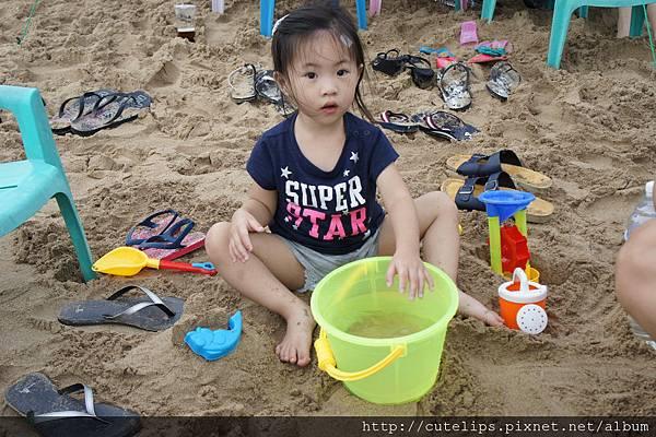 小希在玩沙