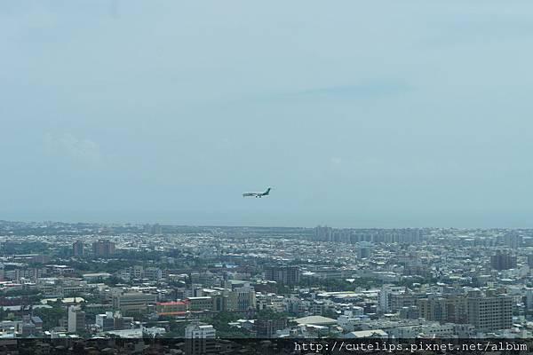 窗外景色~剛好看到飛機要降落101/6/24