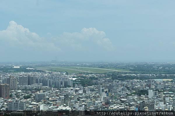 窗外景色~那空曠的地方就是台南機場101/6/24