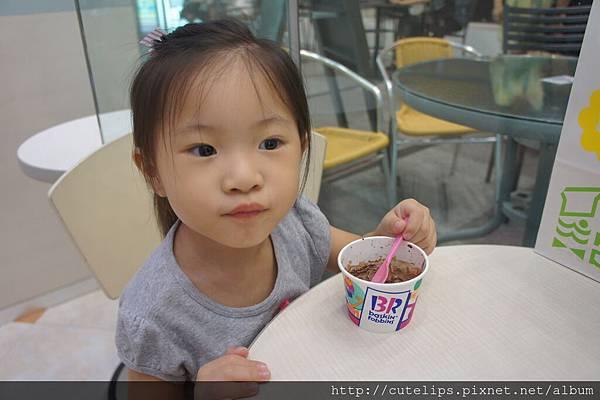 小希吃冰淇淋