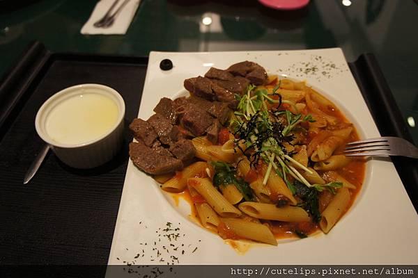 義式紅醬紅酒嫩煎牛小排(斜管麵)