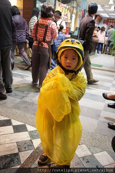小希第一次穿雨衣