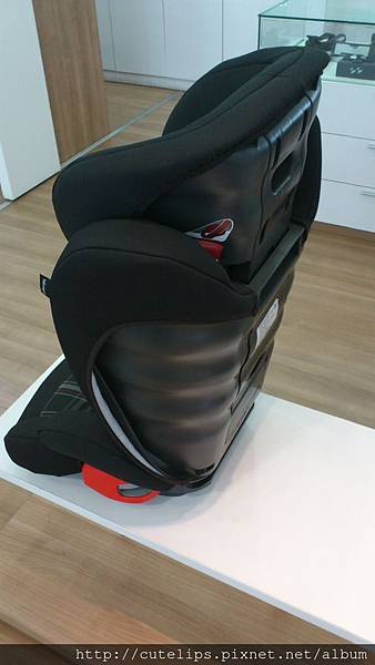 VW成長型安全坐椅側面
