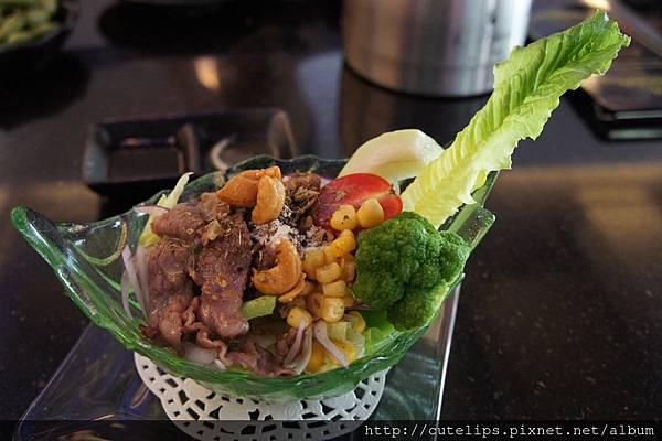 嫩煎牛小排沙拉(日式胡麻醬)