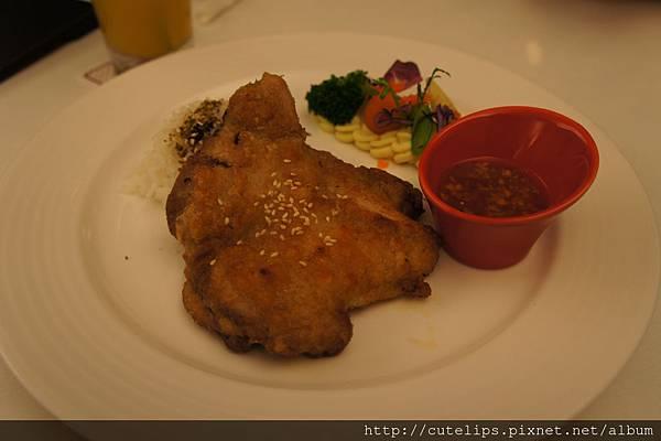 嫩煎雞腿排佐泰式酸甜醬汁搭香鬆飯