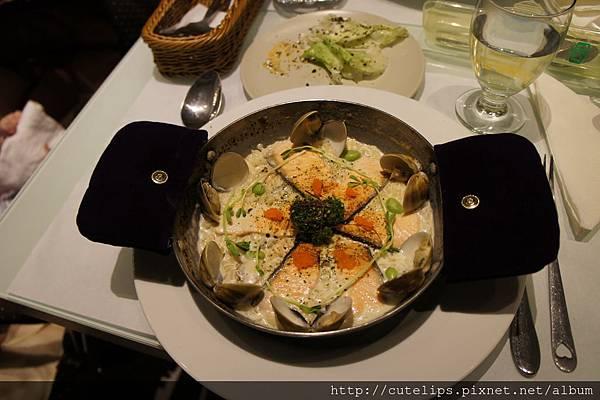 炙燒菲力鮭魚佐奶香蛤蠣燉飯