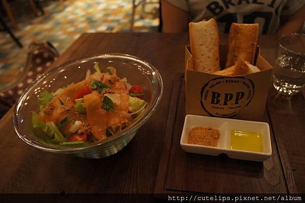 980元雙人套餐-煙燻鮭魚沙拉拌和風醬&佛卡夏麵包