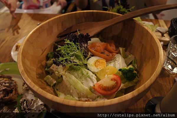 地中海煙燻鮭魚佐酸奶醬木碗沙拉