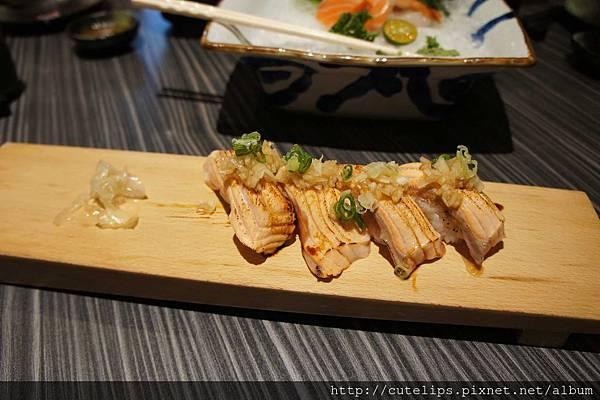 炙燒鮭魚佐義式洋蔥醬壽司