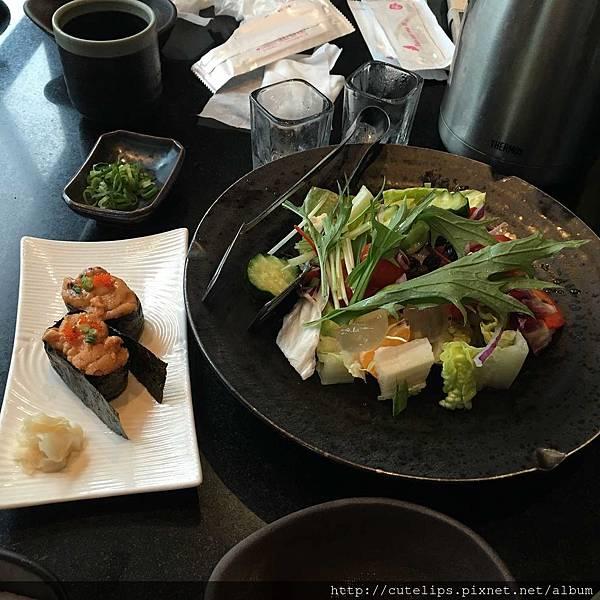 單點-海膽軍艦壽司&沙拉-季節蔬果沙拉105/3/13