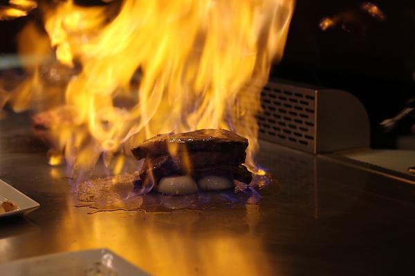 倒酒燃燒的牛肉