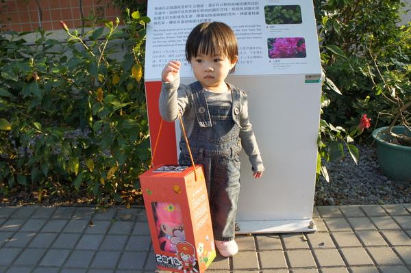 小希跟她的蘭兒娃娃拍照