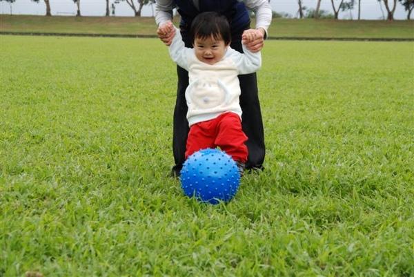 踢踢踢,有人拉著踢比較好踢喔