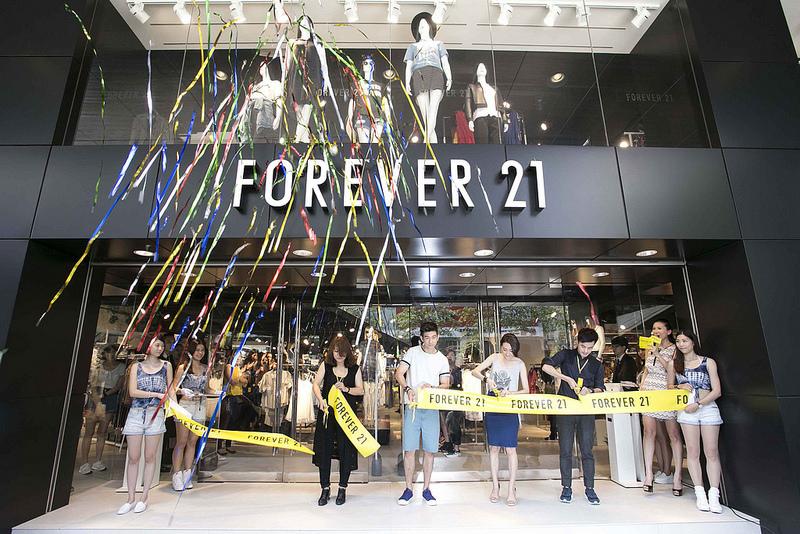 4.Forever 21忠孝店今日盛大開幕,活動嘉賓修杰楷、柯佳嬿與忠孝門市代表共同剪綵