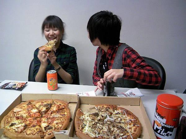 好猛的一直研究披薩大家