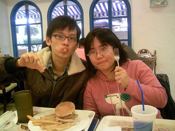 林尚逸的好餓好餓把巧函也影響了 大家的報告報告呢!!!??