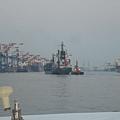旁邊那艘小船是把大船推到港邊用的,可以節省大船自行靠岸的時間