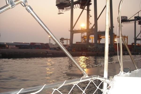 靠西的這一座碼頭都是抽高雄港裡的沙,填海而成
