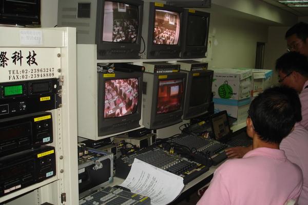 視聽是在2F的房間控制,只能透過螢幕監看