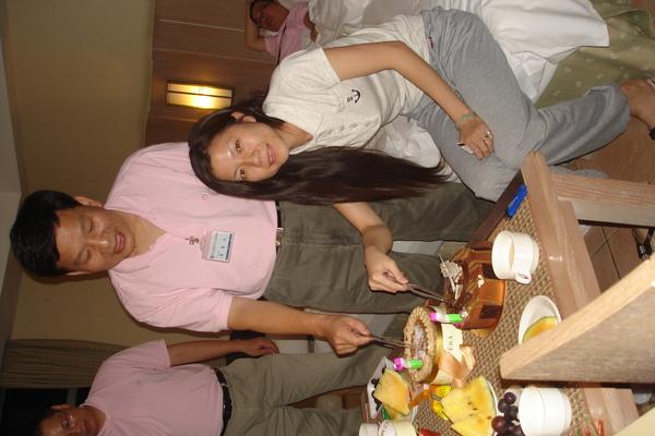 兩位壽星切蛋糕囉