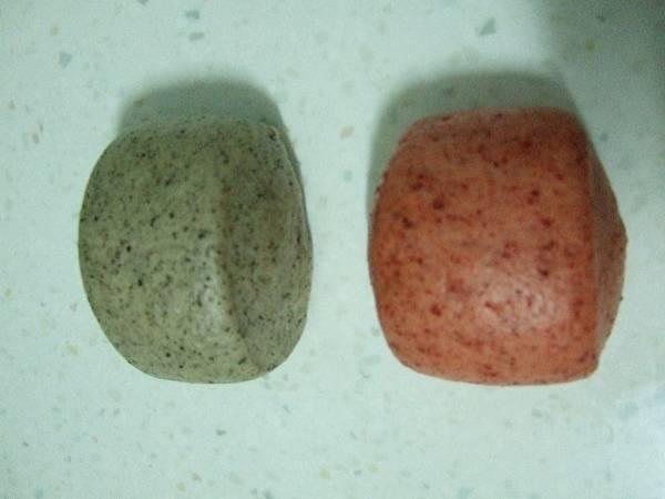 黑芝麻和紅麴饅頭
