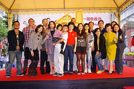 大合照左起導演、蕭家、兒盟董事長、胡家、賓士總裁康博和、台北市社會局長、新北市社會局長.jpg