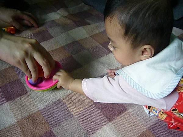 小日_寄養家庭的媽媽很有耐心的陪小日玩
