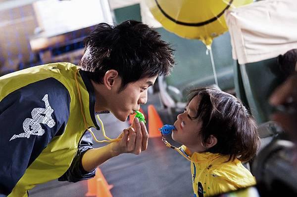 宥勝拍攝公益音樂影片,與小男孩有精彩互動