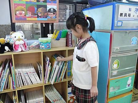 正在陸續適應小學生活的婷婷 堅強又獨立(縮)