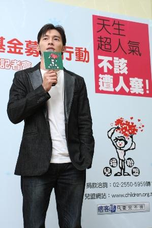 溫昇豪:「大家只要多付出一點點,都可以幫助這群失去幸福依靠的孩子」.JPG