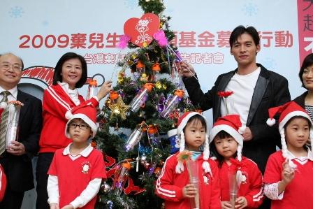 兒盟王執行長(左)與愛心大使溫昇豪(右)一起點亮孩子的希望.JPG