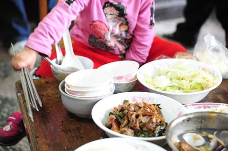 豐盛的一餐是兒盟和小琪兄妹一起送給阿公的新年禮物.JPG