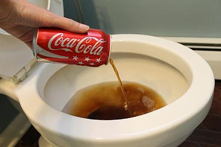 可樂除了 喝、做料理 ...還能「 清馬桶 」!12 種不可不知的 隱藏版用途!1.png