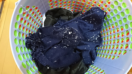 洗衣服忘記拿出衛生紙…達人曝妙招 5分鐘屑屑全清除!1.png