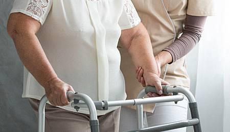 居家安全要注意!老人跌倒有56%在家發生 .jpg