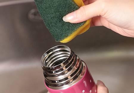 蛋殼也能清除杯底污垢?4個清潔法讓保溫瓶起死回生!.jpg