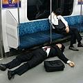 累倒電車的上班族
