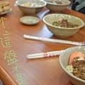 桌上有蝦捲跟擔仔麵