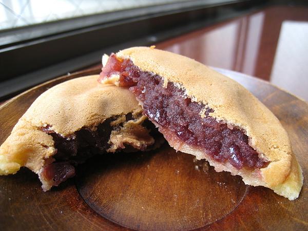 內層包的是丹波大納言紅豆粒餡,甜度適中,我和大白都好愛。