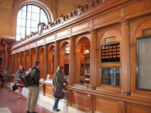 市立圖書館的借書櫃台,還有電子叫號
