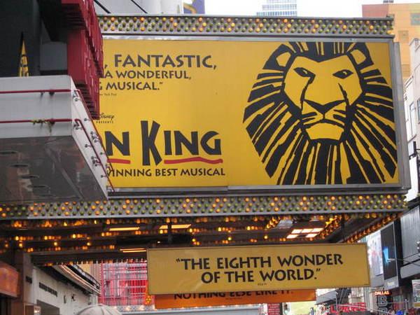 我帶了大學同學去看百老匯著名的音樂劇《獅子王》