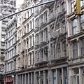 SOHO典型的鑄鐵大樓,其中一面是以假亂真的壁畫