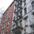 我就是住在這種有防火梯的老公寓裡﹝門面沒這麼美啦﹞