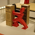 MOMA Design Store裡賣的人型書架