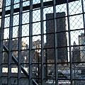 911遺址上正在興建自由塔,工地用鐵絲網圍住禁止進入