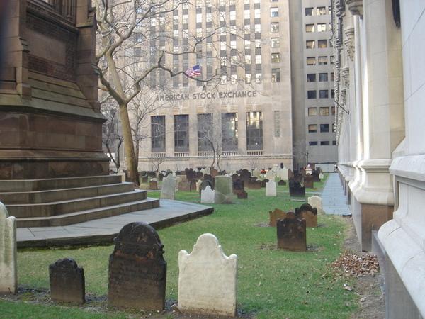 三一教堂旁邊的墓地,後面就是美國證交所