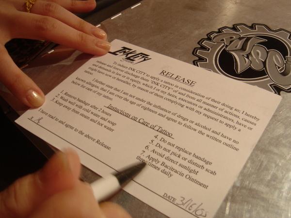 當場簽同意書,還要出示ID,十八歲以上才能刺喔